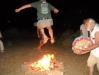 salto del fuoco con Nevio che suona il tamburo sciamanico - notte del 23 giugno 2012